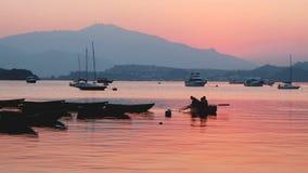 Recreatief en vissersboten bij zonsondergang stock afbeelding