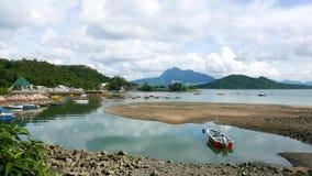 Recreatief en vissersboten op het meer stock foto