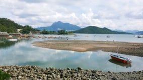 Recreatief en vissersboten op het meer stock afbeeldingen