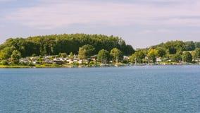 Recreatief gebied, meer en bos, bevertalsperre in evenin stock fotografie