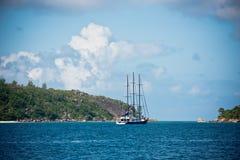 Recreatief Jacht bij de kust van Seychellen royalty-vrije stock afbeeldingen
