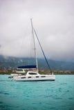 Recreatief Jacht in mist bij de kust van Seychellen royalty-vrije stock foto's
