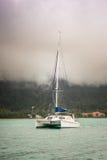 Recreatief Jacht in mist bij de kust van Seychellen stock afbeeldingen