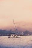 Recreatief Jacht in mist bij de kust van Seychellen royalty-vrije stock fotografie