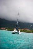 Recreatief Jacht in mist bij de kust van Seychellen royalty-vrije stock foto