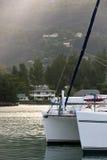 Recreatief Jacht in zonlicht bij de kust van Seychellen stock fotografie