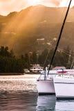 Recreatief Jacht in zonlichtnevel bij de kust van Seychellen stock afbeelding