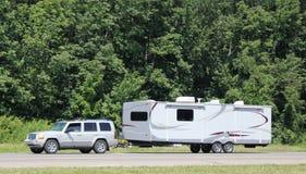 Recreatief voertuig die langs een weg tusen staten van de V.S. worden gesleept. Stock Foto