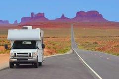 Recreatief voertuig op de weg, Monumentenvallei, de V.S. stock afbeelding