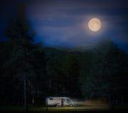 Recreatief voertuig op witte nacht Noorwegen, Europa royalty-vrije stock foto's