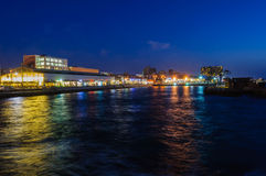 Recreatiegebied in de herontworpen haven van Tel Aviv bij het blauwe uur Stock Foto