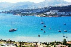 Recreatiejachten dichtbij strand bij de Turkse toevlucht Stock Afbeeldingen