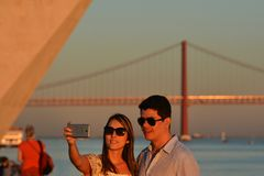 Recreatietijd bij de zonsondergang langs de Tagus-Rivier, Lissabon stock fotografie