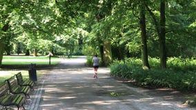 Recreatietijd in het openbare park in Polen in de stad van Wroclaw stock video