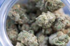 Recreatieve Marihuana in glaskruik royalty-vrije stock foto