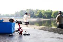 Recreatieve visserij bij een rustig meer Stock Afbeelding