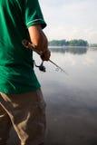 Recreatieve visserij bij een rustig meer Stock Foto's
