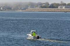 Recreatieve vissersbootrubriek naar mistige Buizerdenbaai stock fotografie