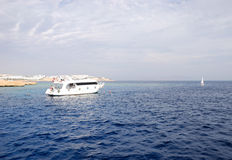 Recreational yachts with divers near Red Sea reef Stock Images