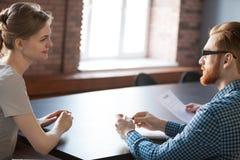 Recruiter die vrouwelijke aanvragende kandidatuur overwegen tijdens interv royalty-vrije stock foto