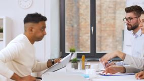 Recruiters die gesprek met werknemer hebben stock footage