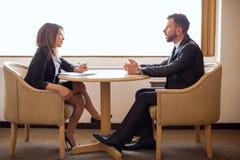 Recruta fêmea bonito que entrevista um candidato fotos de stock royalty free