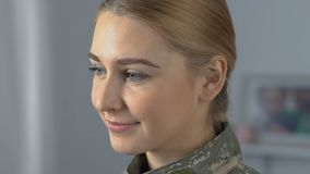 Recruta orgulhoso bonito que olha in camera, profissão do exército, patriotismo video estoque