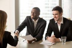 Recrutas preto e branco da hora que dão boas-vindas ao candidato no intervi do trabalho imagens de stock