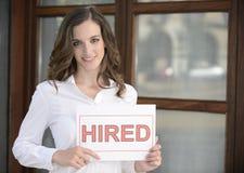 Recrutement : femme retenant un signe loué Image stock