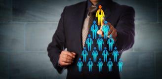 Recruteur sélectionnant l'homme placé sur la hiérarchie d'entreprise Image libre de droits