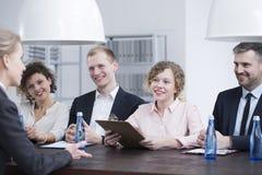 Recruteurs de sourire pendant l'entrevue d'emploi Photo stock