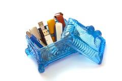 Rectángulo cristalino azul con los mecanismos impulsores del flash del usb Imagenes de archivo