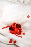 Rectángulo de chocolates con la cinta roja Imagen de archivo libre de regalías