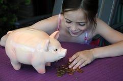 Rectángulo de dinero de la pizca de la muchacha Imagen de archivo