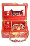 Rectángulo de joyería chino rojo con los anillos y los collares Foto de archivo