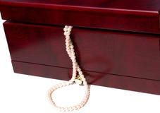 Rectángulo de joyería con las perlas Foto de archivo libre de regalías