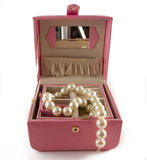 Rectángulo de joyería con las perlas blancas Foto de archivo
