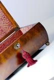 Rectángulo de joyería de madera con el de tragante abierto imágenes de archivo libres de regalías