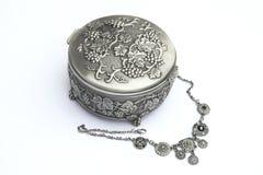 Rectángulo de joyería de plata con un neckless Foto de archivo libre de regalías