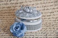 Rectángulo de joyería delicado con una Rose azul Imagen de archivo