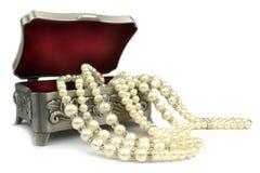 Rectángulo de joyería y collar de la perla Foto de archivo libre de regalías