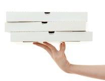 Rectángulo de la pizza con la mano Imagen de archivo libre de regalías