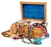 Rectángulo de madera con las joyas fotos de archivo