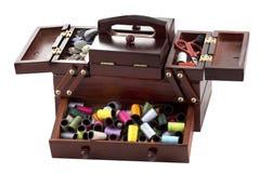 Rectángulo de madera con los accesorios de la personalización a la costura Fotos de archivo libres de regalías