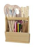 Rectángulo de madera del arte con los cepillos y los lápices Foto de archivo libre de regalías