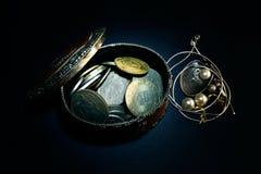 Rectángulo de monedas y de joyería Fotografía de archivo libre de regalías