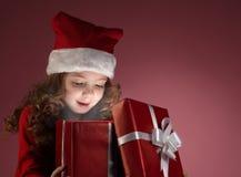 Rectángulo de regalo abierto de la muchacha de Litle fotografía de archivo libre de regalías
