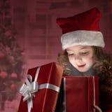 Rectángulo de regalo abierto de la niña feliz imagen de archivo libre de regalías