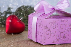 Rectángulo de regalo adornado de la Navidad con el corazón rojo Fotos de archivo libres de regalías