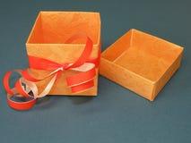 Rectángulo de regalo anaranjado Fotos de archivo